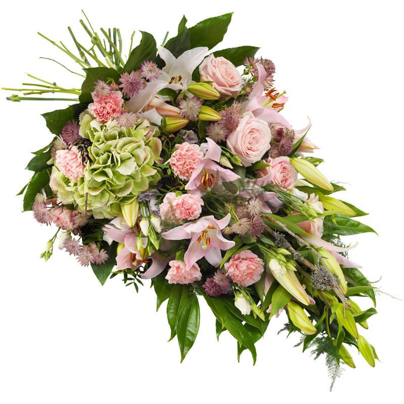 Sorgbukett med lilja, nejlika, rosor, prärieklocka, astrantia i rosa färgtoner tillsammans med gröna blad. Skicka sorgbuketten med ett blombud direkt till aktuell begravning - beställ enkelt online i Euroflorists onlinebutik.