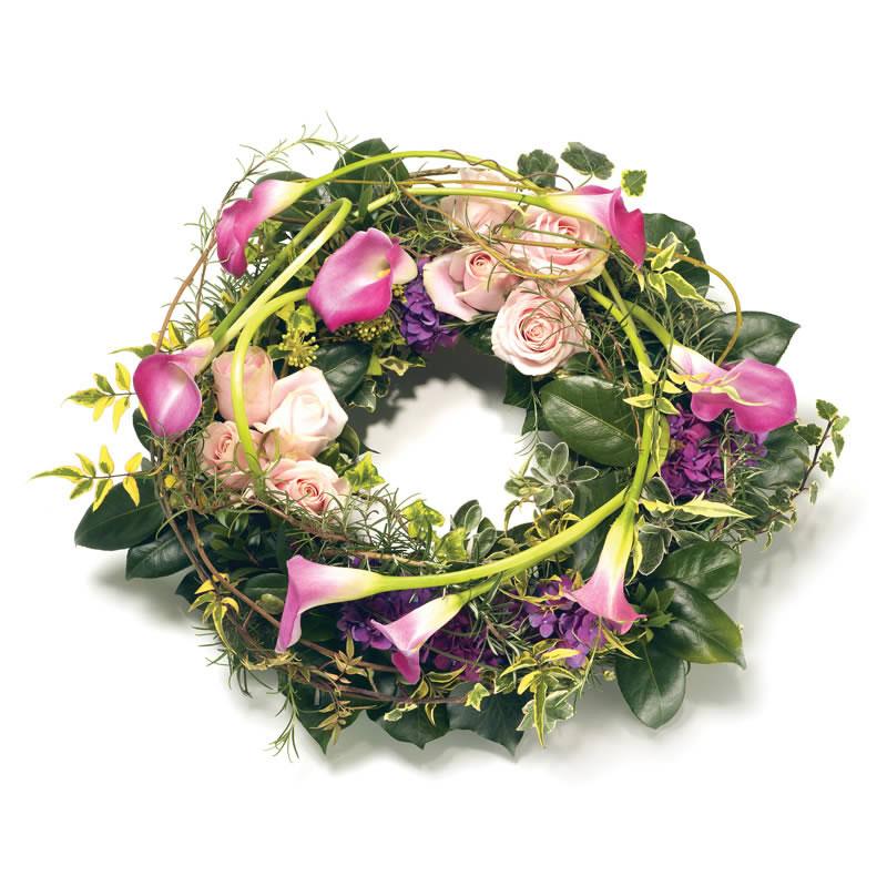 Begravningskrans med kallor, rosor, hortensia och grönt. Skicka den med ett blombud från Euroflorist direkt till aktuell begravning - beställ enkelt online.