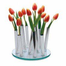En elegant designvas med plats för 11 st snittblommor, ett rör för varje blomma. De 11 rören står tjusigt utspridda på en rund skiva. Vasen finns hos Presenter.se