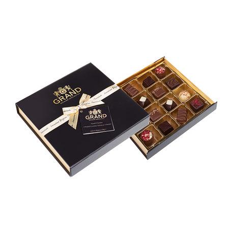 En snygg ask med 16 st belgiska chokladpraliner. Skicka dem direkt till mottagaren i julklapp! Chokladasken finns att beställa online hos Chokladbudet.