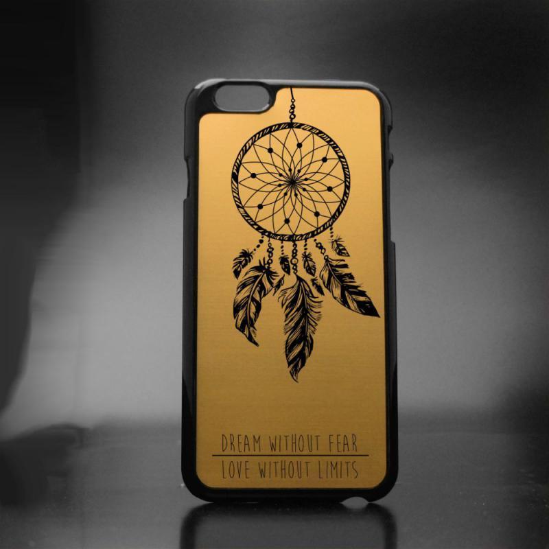 mobilskal med Dreamer-motiv och personlig text. Guldfärgat. Finns hos Medgravyr, som säljer personliga presenter på nätet.