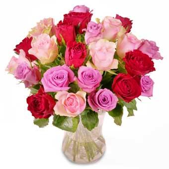 Blombukett med rosor i blandade färger (rött o olika rosa färgtoner). En vacker Alla Hjärtans Dag-bukett från Euroflorist.