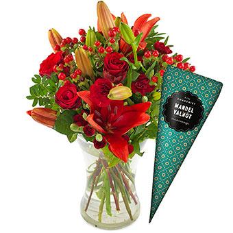 Kärleksbuketten med röda rosor, röda liljor, röda nejlikor och röda bär. Plus en chokladstrut. Alla Hjärtans Dag-presentent finns att beställa som blombud hos Euroflorist.