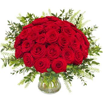 Lyxig, rundbunden blombukett med röda rosor. Gröna blad och thalapsi runt om som en manschett. Lyxbuketten finns hos Euroflorist, en av de största blomsterförmedlingarna på nätet.