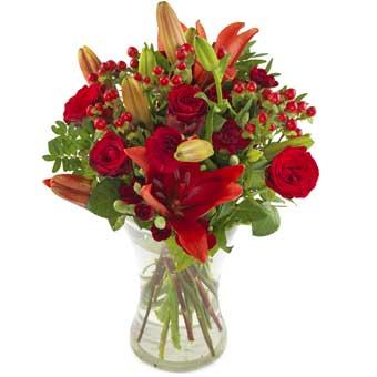 Bukett med röda blommor, bl a rosor och liljor. Blommorna ingår i Euroflorists stora utbud av blombuketter.