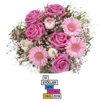 Bukett med rosa rosor, rosa gerberas, småblommigt vitt och grönt. Buketten ingår i Euroflorists utbud av blombuketter. Skicka den med ett blomsterbud och sprid glädje!