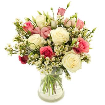 Somrig bukett från Euroflorist, med rosor i vitt och rosa tillsammans med småblommigt vitt. Sänd blommorna med ett Euroflorist-bud och överraska din vän!