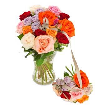 En storbukett och en liten, sammanbundna med sidenband. Buketterna består av rosor i olika färger. Här i orange, lila, rött och gult. Superfin! Ett Euroflorist-arrangemang.