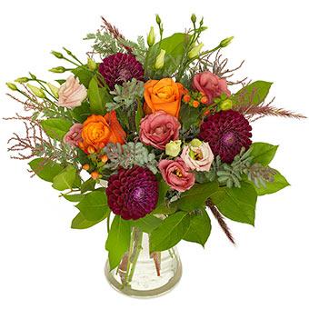 Höstbukett med bl a rosor, dahlia och andra blommor i höstens varma färger (orange, cerice, grönt). En Euroflorist-bukett, den finns att beställa online.