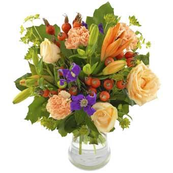 Bukett med blommor i milda höstfärger; orange, aprikos, ljusrött, ljusgult och grönt. Ur Euroflorists sortiment av höstblommor.