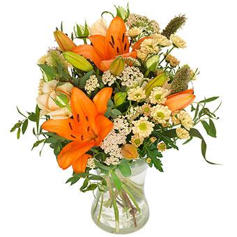 Höstbukett med orange liljor och småblommigt vitt. Från Euroflorist.