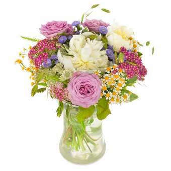 """Sommarbukett med blandade blommor i ljusa, ljuva färger. En bukett ur Euroflorists sortiment. Den heter """"Morsdagsbuketten"""""""