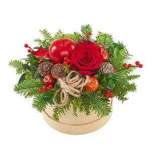 Rund ask med juldekoration. Här med röd ros, röda bär, kottar och julpynt. Skicka julgruppen med ett blomsterbud från Euroflorist!