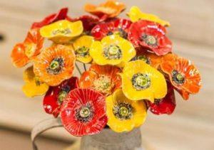 Handgjorda keramikblommor - här vallmor i rött, gult och orange. Säljes styckvis hos Keramik Blomma.