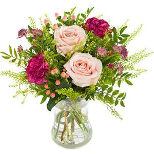 Morsdagsbuketten, med rosor, nejlikor och gröna blad. Färger i lila, rosa och grönt. Blommorna hittar du hos Euroflorist.