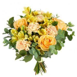 Bukett med aprikosa rosor och blandade blommor i gult/aprikost. Blommorna hittar du hos Florister i Sverige.