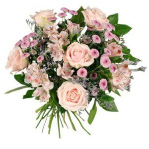 Rosa rosor, rosa småblommor och grönt - en superfin, rundbunden bukett från Florister i Sverige.
