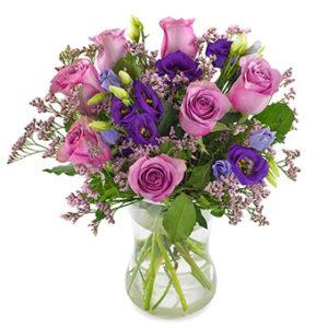 Fantastiskt vacker bukett med blommor i lila och rosa färgtoner tillsammans med gröna blad. Beställ ditt blombud online hos Euroflorist och gör någon glad!