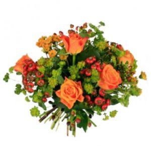 Rundbunden bukett med orange rosor, orange snittblommor och gröna blad. Beställ blommorna hos Florister i Sverige.