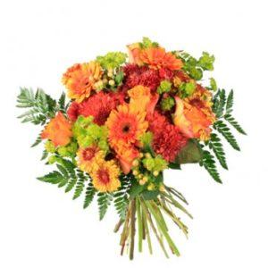 Mixade blommor i orange och lime. En fantastisk höstbukett. Du hittar den hos Florister i Sverige.