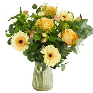 Bukett med blandade blommor i gula nyanser tillsammans med gröna blad. Beställ blommorna online hos Florister i Sverige - skicka dem med bud!